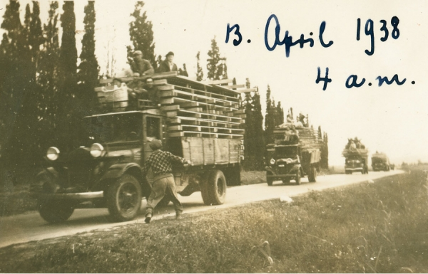 The first barracks for Shavei Zion arrive by trucks.