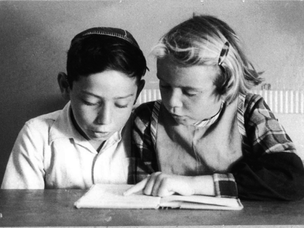 Uri Neckarsulmer and Ruthi Kälberman learning Ivrit.